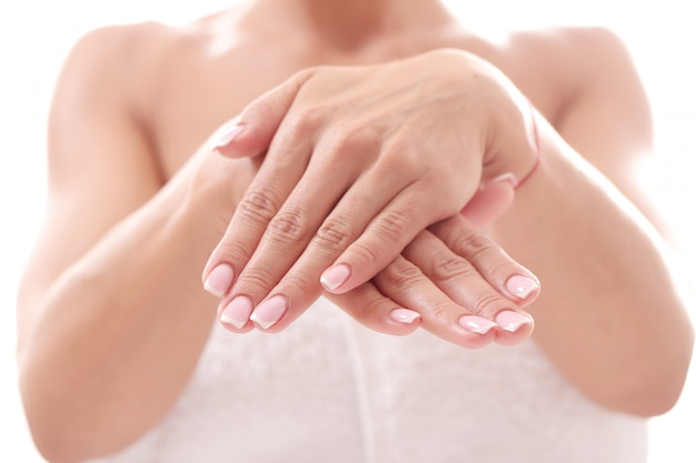 Dłonie z ładnymi paznokciami. koncepcja pielęgnacji paznokci i manicure
