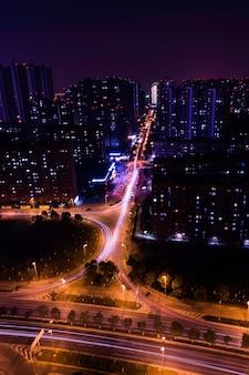 Długa aleja w nocy