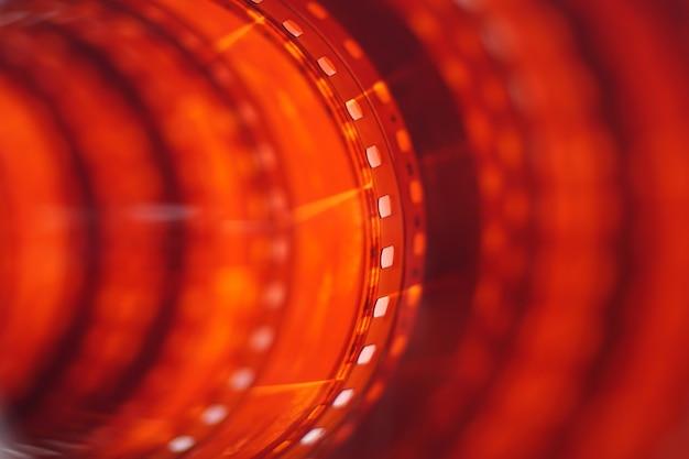 Długa czerwona pomarańczowa taśma fotograficzna w tle zbliżenie film 35 mm