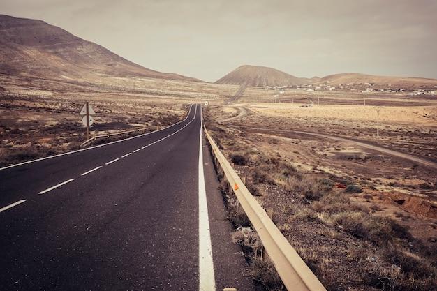 Długa droga prosta droga pośrodku niczyjego krajobrazu