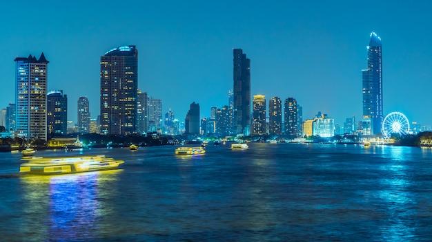 Długa ekspozycja, atmosfera bangkoku nad rzeką chao phraya w nocy