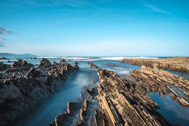 Długa ekspozycja geopark w sakoneta na wybrzeżu dęby na pełnym morzu między skałami. kraj basków