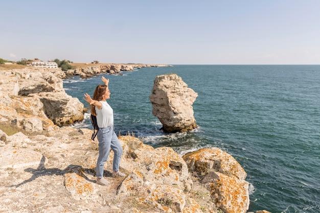 Długa kobieta jest entuzjastką plaży