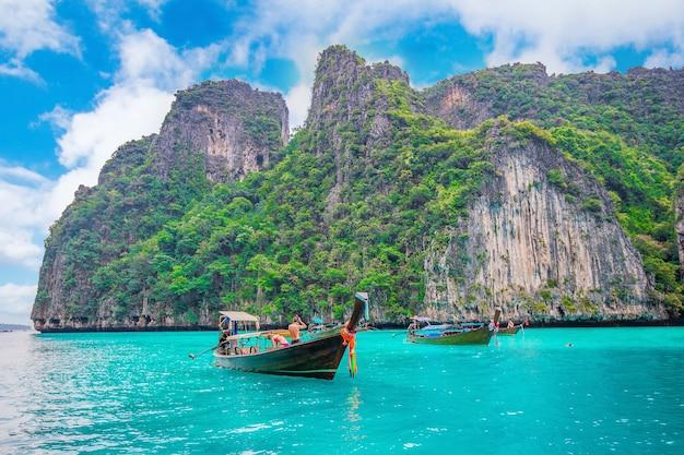 Długa łódź i błękitna woda w zatoce maya na wyspie phi phi, krabi w tajlandii.