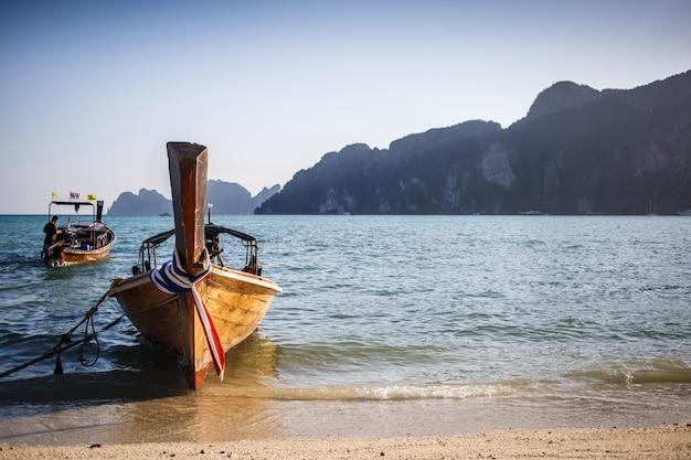 Długa łódź i tropikalna plaża