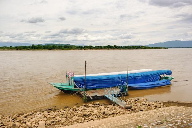 Długa łódź zacumowana przy rzece mekhong