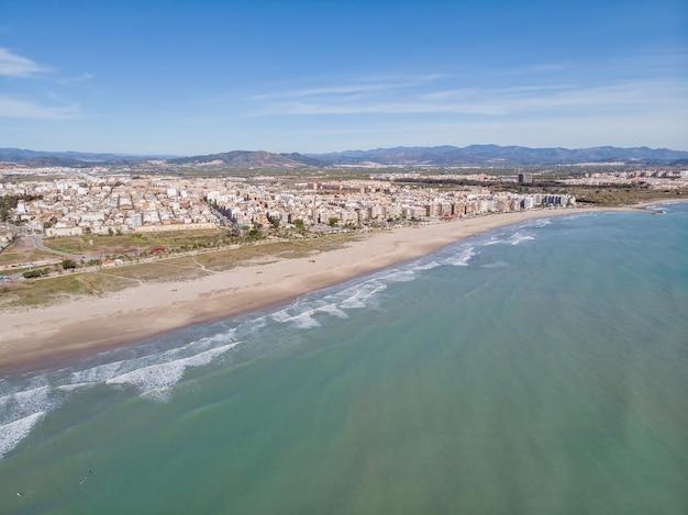 Długa plaża miejska na morzu śródziemnym, puerto de sagunto, walencja, hiszpania widok z lotu ptaka