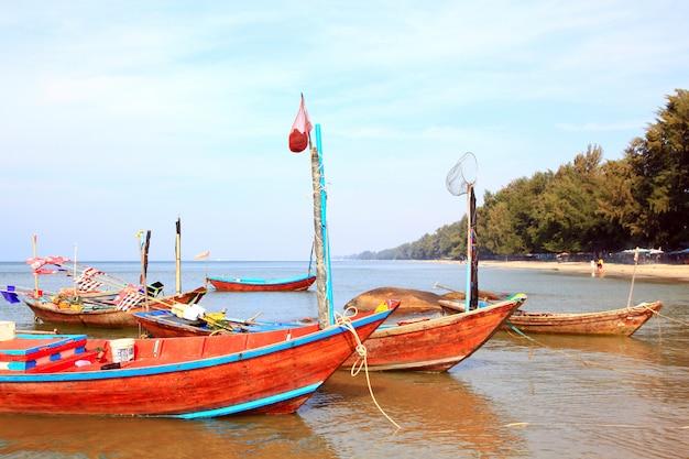 Długa wąska łódka