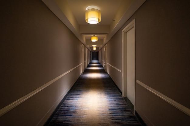 Długi ciemny korytarz wewnątrz hotelu