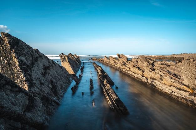 Długi czas ekspozycji geopark w sakoneta na wybrzeżu dęby na morzu. kraj basków