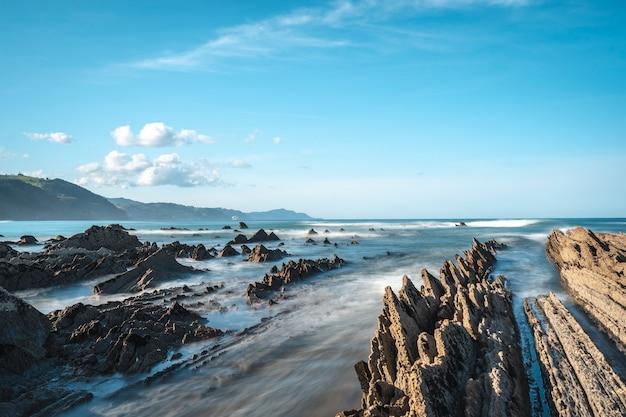 Długi czas ekspozycji geopark w sakoneta na wybrzeżu dęby wśród skał. kraj basków