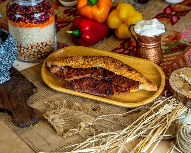 Długi doner wołowy w chlebie z dodatkiem sezamu