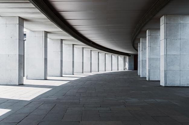 Długi korytarz budynku z kolumnami