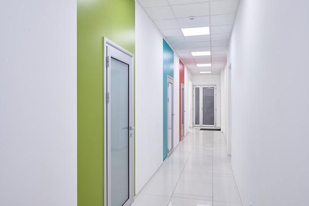 Długi korytarz w nowoczesnej klinice.