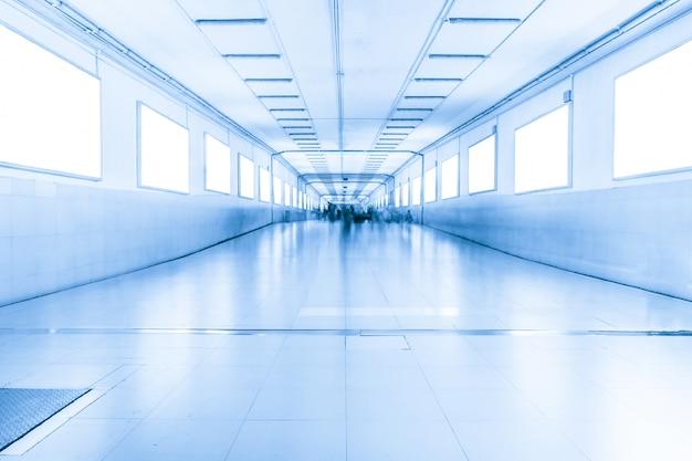 Długi korytarz z oknami