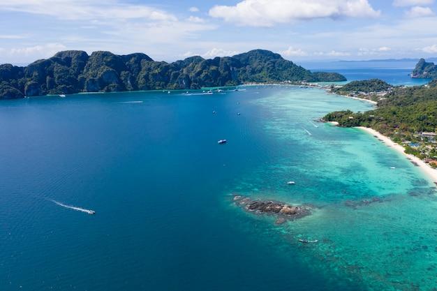 Długi ogon i prędkość łodzi wyczarterowanej do nurkowania na wyspie phi phi