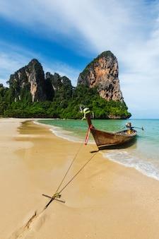 Długi ogon łodzi na plaży, tajlandia