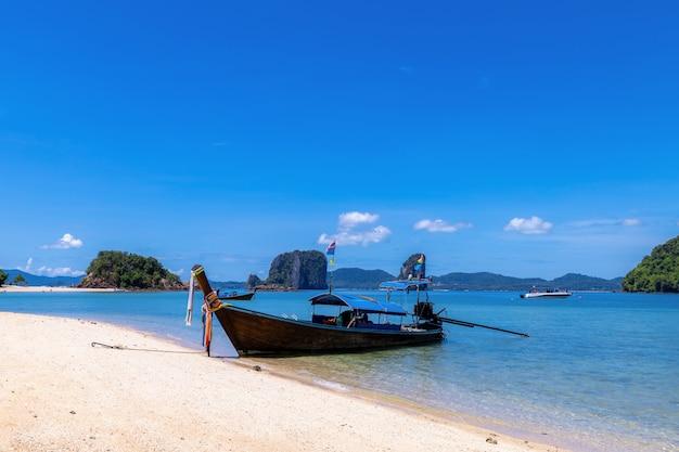 Długi ogon łodzi na plaży