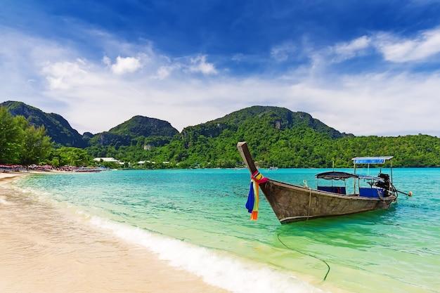 Długi ogon łodzi na tropikalnej plaży, krabi, tajlandia,