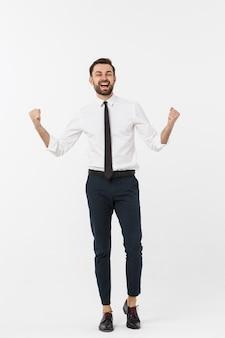 Długi portret szczęśliwy biznesmen w formalnej odzieży z podnosić rękami up. na białym tle.