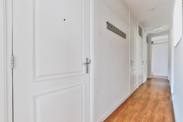 Długi, pusty korytarz zaprojektowany w minimalistycznym stylu