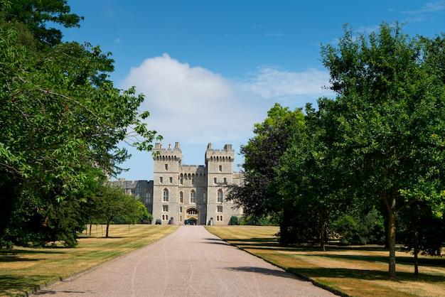 Długi spacer w zamku windsor, wielka brytania, londyn w lecie