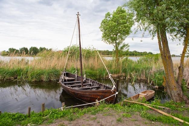 Długi statek jest dla wikingów. łódź drakkar. statek transportowy wikingów. rekonstrukcja historyczna.
