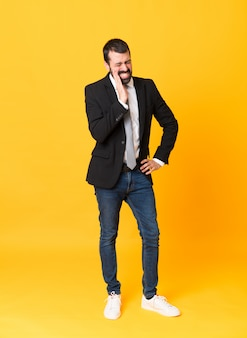 Długi strzał biznesowy mężczyzna nad odosobnionym kolorem żółtym z bólem zęba