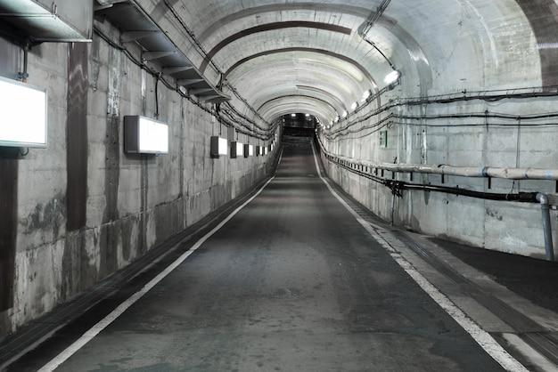 Długi tunel drogowy z oświetleniem.