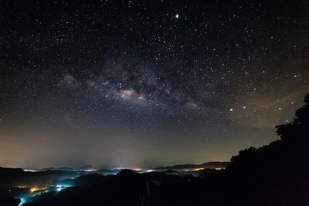 Długi ujawnienie nocy fotografia z milky sposobem w phang-nga thailand