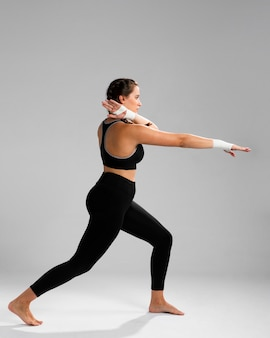 Długi widok karate kobiety rozciąganie