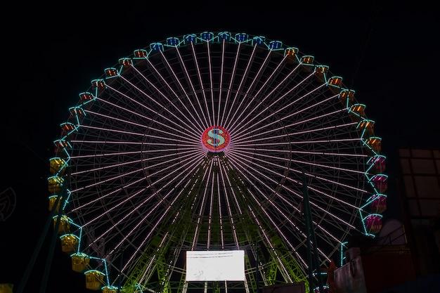 Długi widok kolorowy cud koło w nocy