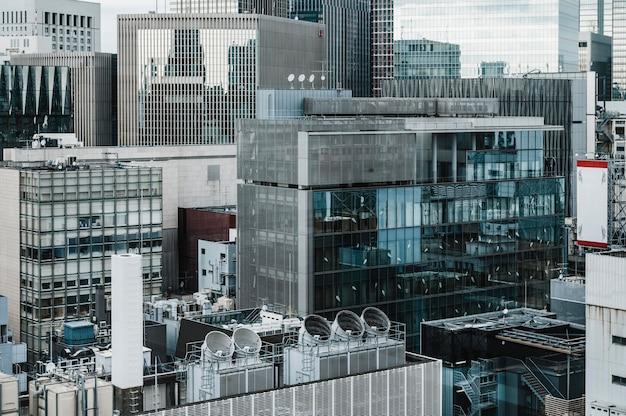 Długi widok nowoczesnych wieżowców budynków biurowych