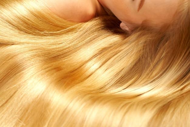 Długie blond włosy jako tło