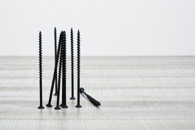 Długie drewno czarne śruby samogwintujące tło selektywnej ostrości