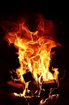 Długie języki ognia płonącego ognia w ceglanym piecu