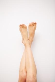 Długie kobiece nogi o pięknej gładkiej skórze, koncepcji pielęgnacji nóg i depilacji