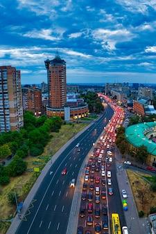 Długie korki na dużej autostradzie w mieście