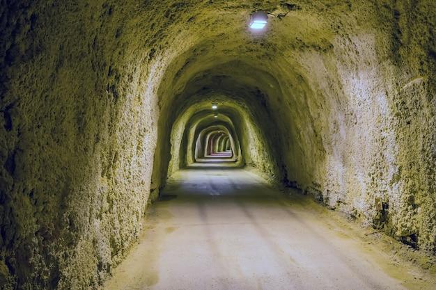 Długie kręte tunele w wysokiej górze.