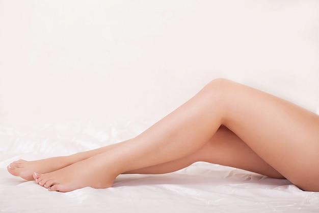 Długie nogi kobiety o pięknej gładkiej skórze
