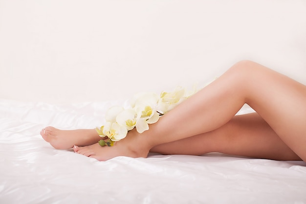 Długie nogi kobiety z piękną gładką skórą