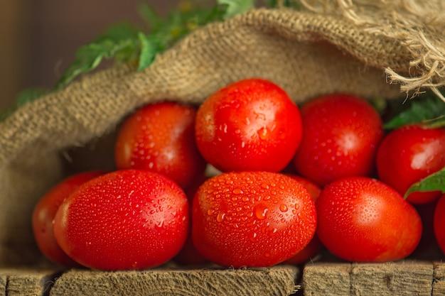 Długie pomidory śliwkowe na drewnianym stole