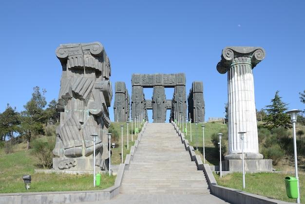 Długie schody do pamięci historii gruzji w tbilisi