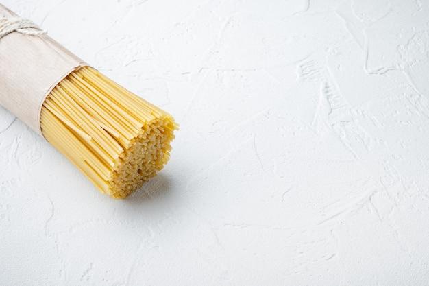 Długie spaghetti. zestaw surowego spaghetti, na białym tle