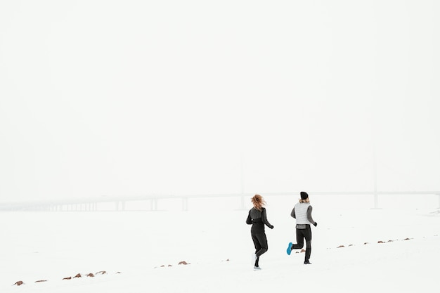 Długie ujęcia ludzi biegających na zewnątrz