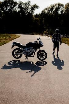 Długie ujęcie człowieka i motocykl