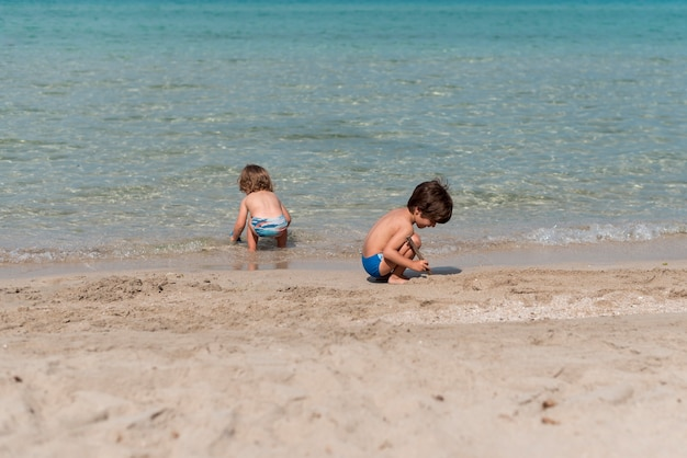 Długie ujęcie dzieci bawiących się na plaży