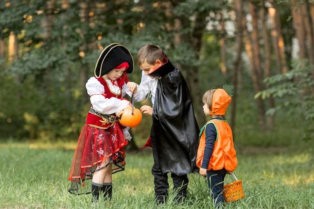 Długie ujęcie dzieci z kostiumami na halloween