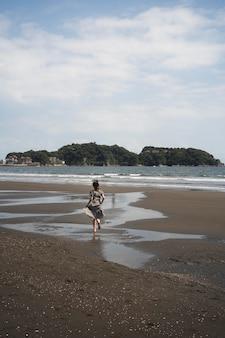 Długie ujęcie japońskiej kobiety na zewnątrz