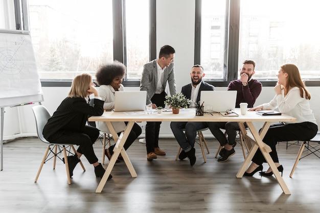 Długie ujęcie ludzi biznesu w spotkaniu